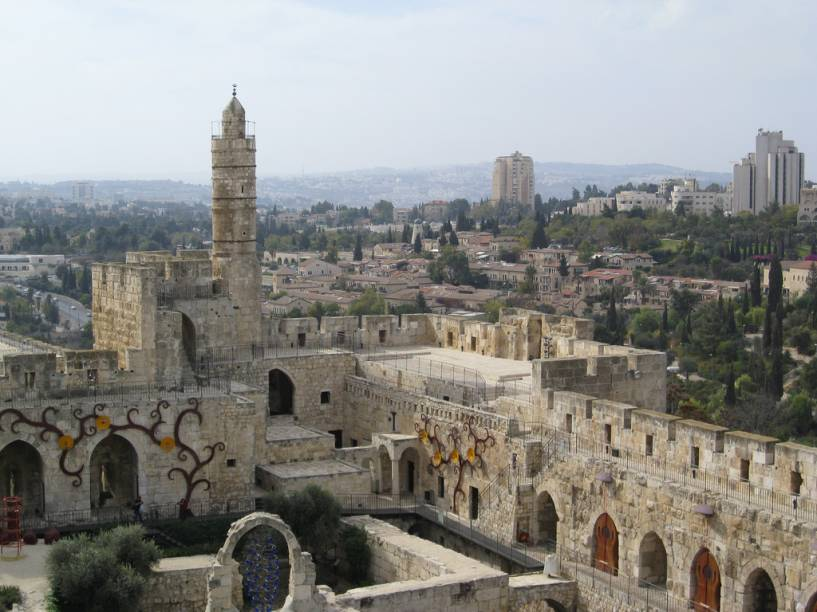 """<strong>Muralhas de Jerusalém, <a href=""""http://viajeaqui.abril.com.br/paises/israel"""" rel=""""Israel"""" target=""""_blank"""">Israel</a></strong>    Se há uma cidade fortificada disputada neste mundo, esta é <a href=""""http://viajeaqui.abril.com.br/cidades/israel-jerusalem"""">Jerusalém</a>. A cidade sagrada já passou pelas mãos de britânicos, romanos, cruzados, otomanos, o nobre Saladino, palestinos e muito mais gente. Hoje está sob guarda do Estado de <a href=""""http://viajeaqui.abril.com.br/paises/israel"""">Israel</a>. A Torre de Davi (foto) é uma cidadela junto ao portão de Jaffa, cujo marco mais visível é um antigo minarete"""