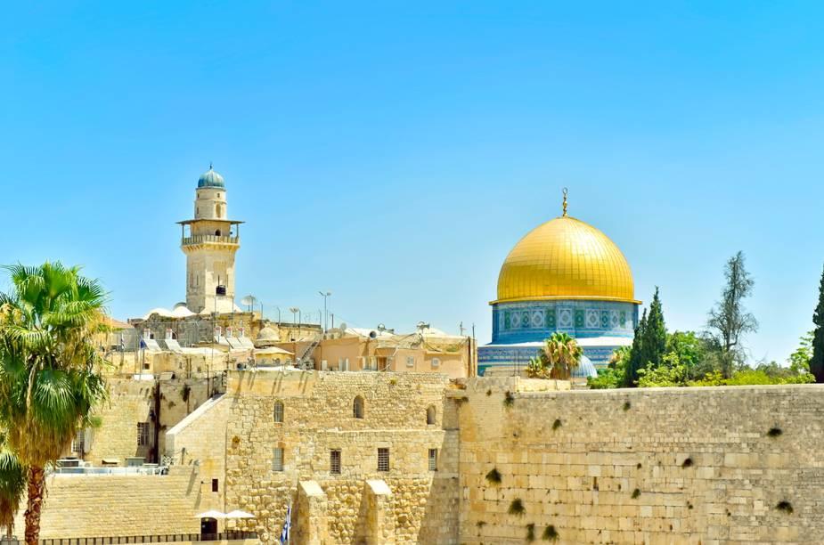 """<a href=""""http://viajeaqui.abril.com.br/cidades/israel-jerusalem"""" rel=""""JERUSALÉM """" target=""""_blank""""><strong>JERUSALÉM </strong></a>Sagrada para as três principais religiões monoteístas do mundo, <a href=""""http://viajeaqui.abril.com.br/cidades/israel-jerusalem"""" rel=""""Jerusalém"""" target=""""_blank"""">Jerusalém</a> é também um lugar tenso. A cidade ainda é objeto de disputa entre<a href=""""http://viajeaqui.abril.com.br/paises/israel"""" rel="""" Israel"""" target=""""_blank""""> Israel</a> (que a controla política e militarmente) e políticos e militantes palestinos, que afirmam que Jerusalém deveria ser capital de um futuro Estado palestino."""