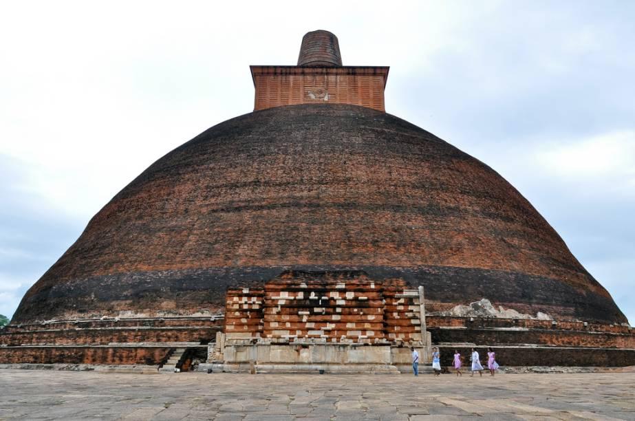 Estupa budista Jetavanaramaya, em Anuradhapura. Em suas origens as estupas guardavam relíquias ligadas ao Buda, como fragmentos de ossos e fios de cabelo. Séculos mais tarde, elas seriam a fonte de inspiração para os pagodes do Extremo Oriente