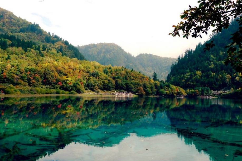 """Jiuzhaigou, Sichuan, China.<a href=""""https://www.booking.com/searchresults.pt-br.html?aid=332455&lang=pt-br&sid=eedbe6de09e709d664615ac6f1b39a5d&sb=1&src=index&src_elem=sb&error_url=https%3A%2F%2Fwww.booking.com%2Findex.pt-br.html%3Faid%3D332455%3Bsid%3Deedbe6de09e709d664615ac6f1b39a5d%3Bsb_price_type%3Dtotal%26%3B&ss=China&ssne=Ilhabela&ssne_untouched=Ilhabela&checkin_monthday=&checkin_month=&checkin_year=&checkout_monthday=&checkout_month=&checkout_year=&no_rooms=1&group_adults=2&group_children=0&from_sf=1&ss_raw=China+&ac_position=0&ac_langcode=xb&dest_id=44&dest_type=country&search_pageview_id=a5a173e6a6c40073&search_selected=true&search_pageview_id=a5a173e6a6c40073&ac_suggestion_list_length=5&ac_suggestion_theme_list_length=0"""" target=""""_blank"""" rel=""""noopener""""><em>Busque hospedagens na China no Booking.com</em></a>"""