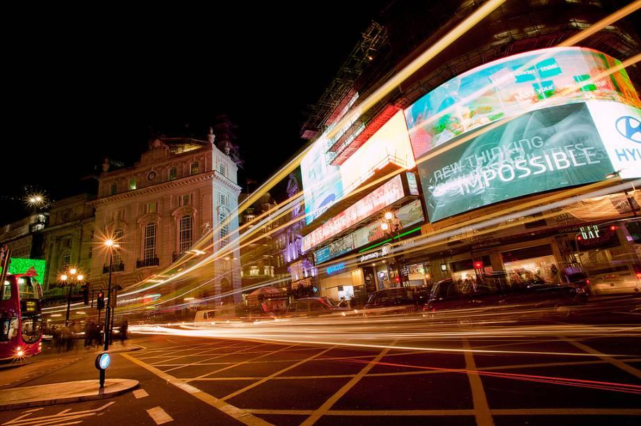 Os neons de Picadilly Circus e os teatros que o circundam são um dos maiores símbolos iconográficos de Londres