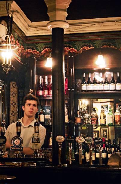 <strong>The Porcupine</strong>        O ambiente escuro tem móveis de couro e é decorado com imagens do cineasta Alfred Hitchcock e do ator Anthony Hopkins. No lineup de real ales, marcas como IP76 e Nicholson's, esta da cervejaria que administra outros 50 pubs por toda a cidade. <em>48 Charing Cross Road, Soho</em>