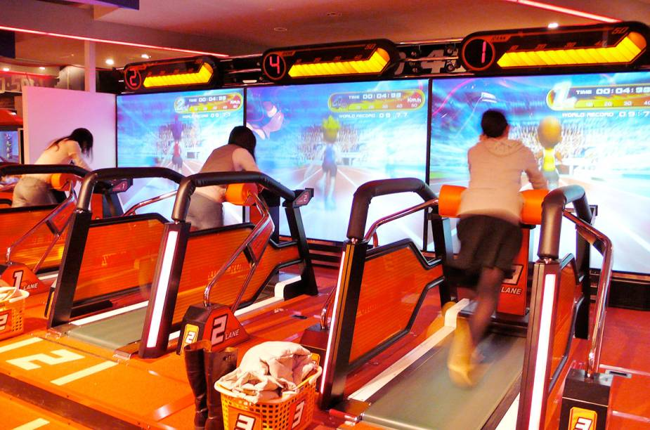 <strong>Tokyo Joypolis </strong>É um gigantesco parque de diversões coberto. Entretanto, apesar das montanhas-russas, o que surpreende é a variedade e modernidade dos simuladores, games e cinemas 3D. Tem 3 andares de atividades para todas as idades.<em>Minato, Daiba, 1−6−1 DECKS Tokyo Beach 3F-5F, Tóquio</em>