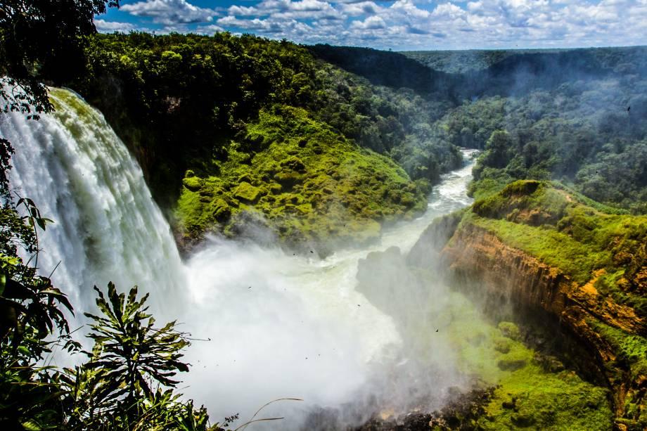 Outro ponto alto da Rota dos Parecis é o Salto Utiariti, grande cachoeira do rio Papagaios. Ela tem queda de aproximadamente 90 metros e muita, muita água! Ela fica dentro da aldeia Utiariti e é um dos saltos mais imponentes do Mato Grosso (e olha que não faltam cachoeiras no estado).