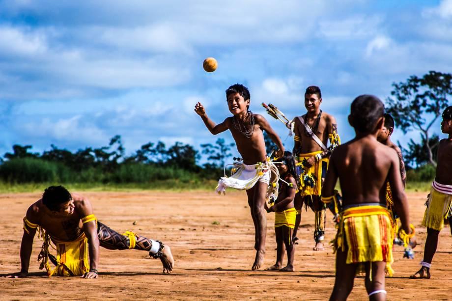 Durante o passeio, o turista também irá conhecer o jikunahati, uma espécie de futebol de cabeça, ou cabeça-bol.    Este é um jogo disputado com uma bola de mangaba chamadaigomaliró. A bola é arremessada com um golpe de cabeça entre duas equipes dispostas em um campo retangular, dividido em duas partes por uma linha riscada no chão. Cada equipe é formada por homens de um mesmo grupo local ou por indivíduos que se consideramihinaiharé kaisereharé(parentes verdadeiros)