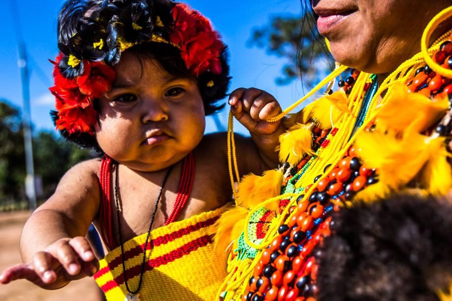 """A aldeia Wazare foi criada com o objetivo específico de desenvolver o turismo indígena. Na aldeia, vivem atualmente 37 índios, pertencentes a doze famílias da etnia Paresi. Antes da criação da aldeia, eles viviam na dos avós do cacique Rony Azoinaice. """"Durante o tempo em que estive na cidade estudando eu senti essa necessidade que os não-índios têm em conhecer um pouco mais da nossa cultura, por isso decidimos criar a aldeia Wazare especificamente voltada ao turismo"""", relata o cacique"""