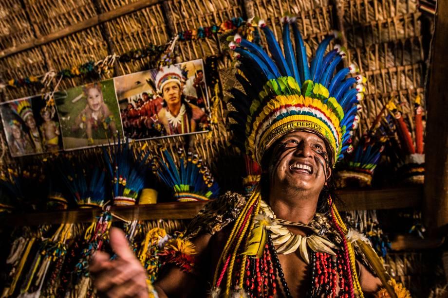 """Uma das aldeias da rota é a Wazare, criada há cinco anos pelo cacique Rony Azoinaice (foto acima), às margens do Rio Verde. Localizada a 60 km de Campo Novo do Parecis, lá o visitante tem a oportunidade de vivenciar um """"dia de índio"""". Os indígenas convidam os turistas a vestir ornamentos indígenas, dançar, cantar e pintar seus corpos conforme o costume da tribo"""