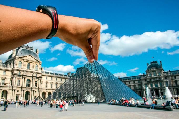 BEM NA FOTO: Juliana Cabral no Museu do Louvre, Paris