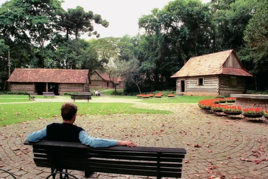 """<strong><a href=""""http://viajeaqui.abril.com.br/estabelecimentos/br-pr-curitiba-atracao-bosque-do-papa-joao-paulo-ii"""" rel=""""Bosque do Papa João Paulo Segundo"""">Bosque do Papa João Paulo Segundo</a>:</strong> inaugurado depois da visita do papa a Curitiba, em 1980, abriga um museu sobre a imigração polonesa (terça a domingo, das 09h às 18h) e loja de artesanato e doces. Avenida Mateus Leme, esquina com a Rua Wellington Oliveira Vianna (Centro Cívico) Segunda-feira, das 13h às 18h / terça a domingo das 09h às 18h"""