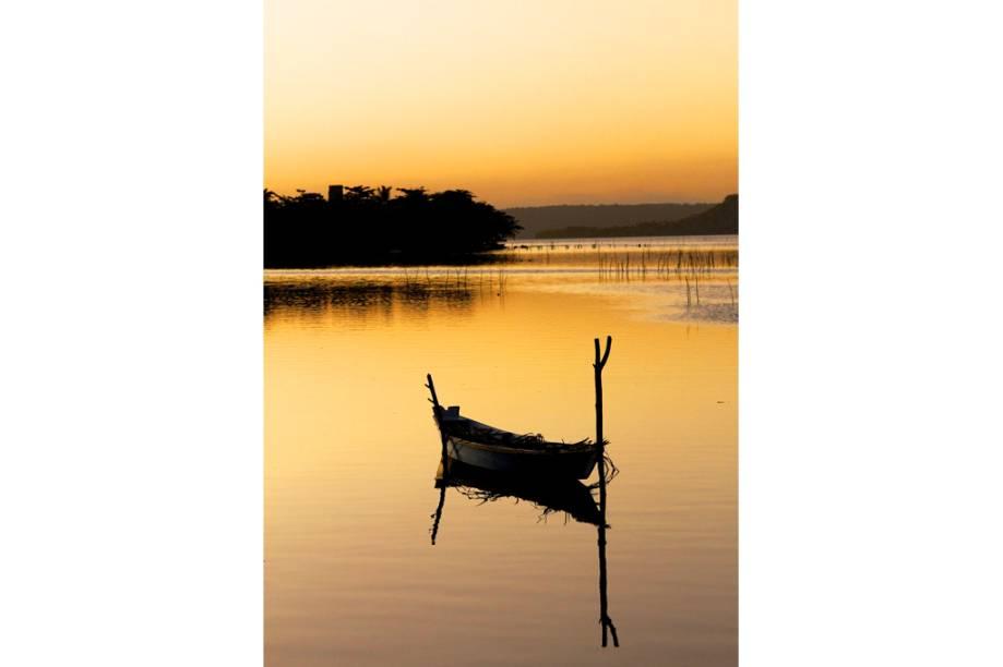 """Pôr do sol na <a href=""""http://viajeaqui.abril.com.br/estabelecimentos/br-al-maceio-atracao-passeio-de-escuna-pela-lagoa-mundau"""" rel=""""Lagoa Mundaú"""" target=""""_blank"""">Lagoa Mundaú</a>, <a href=""""http://viajeaqui.abril.com.br/cidades/br-al-maceio"""" rel=""""Maceió"""" target=""""_blank"""">Maceió</a>, <a href=""""http://viajeaqui.abril.com.br/estados/br-alagoas"""" rel=""""Alagoas"""" target=""""_blank"""">Alagoas</a>"""