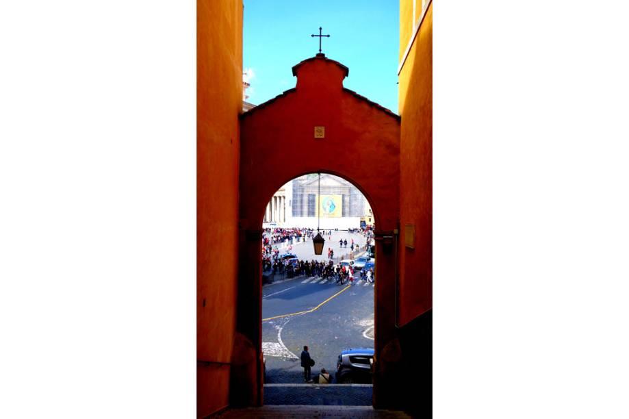 """Escadaria ao lado da <a href=""""http://viajeaqui.abril.com.br/estabelecimentos/italia-roma-atracao-basilica-di-san-pietro-basilica-de-sao-pedro"""" rel=""""Basílica de São Pedro"""" target=""""_blank"""">Basílica de São Pedro</a>, <a href=""""http://viajeaqui.abril.com.br/cidades/italia-roma"""" rel=""""Roma"""" target=""""_blank"""">Roma</a>, <a href=""""http://viajeaqui.abril.com.br/paises/italia"""" rel=""""Itália"""" target=""""_blank"""">Itália</a>"""