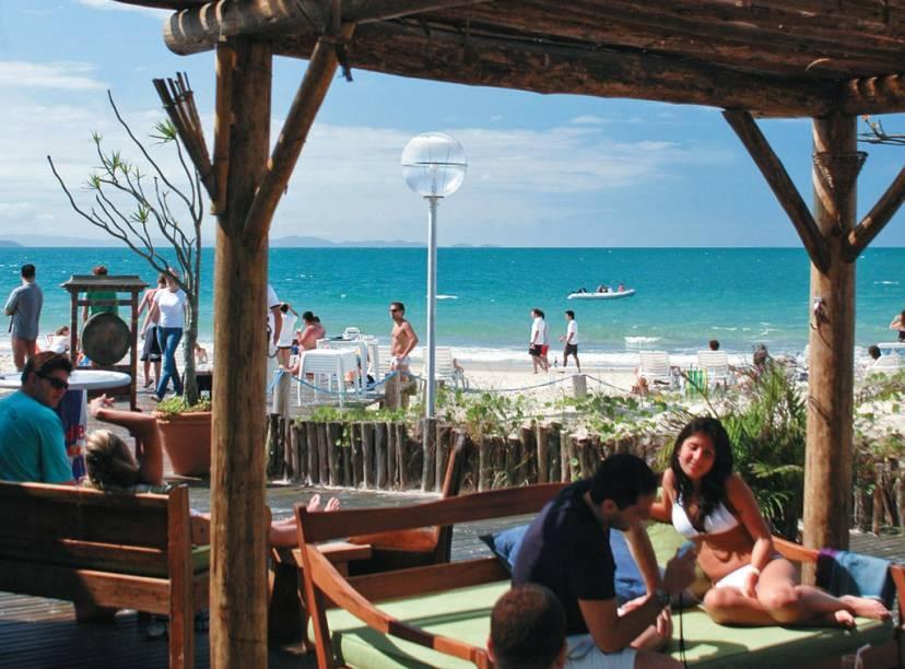 """<strong>8. Praia de Jurerê, Florianópolis</strong> São dois mundos, divididos por uma linha imaginária. Do lado direito, hotéis, pousadas, casas de veraneio e frequência predominante de famílias. Do esquerdo, Jurerê vira Internacional e ganha ares de Miami Beach – um bairro planejado, com mansões milionárias e desfile de carrões. <a href=""""https://www.booking.com/searchresults.pt-br.html?aid=332455&lang=pt-br&sid=eedbe6de09e709d664615ac6f1b39a5d&sb=1&src=index&src_elem=sb&error_url=https%3A%2F%2Fwww.booking.com%2Findex.pt-br.html%3Faid%3D332455%3Bsid%3Deedbe6de09e709d664615ac6f1b39a5d%3Bsb_price_type%3Dtotal%26%3B&ss=Florian%C3%B3polis%2C+Santa+Catarina%2C+Brasil&checkin_monthday=&checkin_month=&checkin_year=&checkout_monthday=&checkout_month=&checkout_year=&no_rooms=1&group_adults=2&group_children=0&from_sf=1&ss_raw=Flori&ac_position=0&ac_langcode=xb&dest_id=-643337&dest_type=city&search_pageview_id=6f0a6ee045f1016d&search_selected=true&search_pageview_id=6f0a6ee045f1016d&ac_suggestion_list_length=5&ac_suggestion_theme_list_length=0"""" target=""""_blank"""" rel=""""noopener""""><em>Busque hospedagens em Florianópolis no Booking.com</em></a>"""