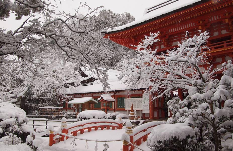 """<strong>Kamo-jinja (Shimogamo-jinja e Kamigamo-jinja) </strong> Na verdade o Kamo-jinja é um complexo formado por dois santuários principais que, apesar de independentes entre si, são comumente associados: o Kamo-wakeikazuchi-jinja (apelidado de Kamigamo-jinja) e o Kamo-mioya jinja (também chamado de Shimogamo jinja). Cada um fica em um dos lados do Rio Kamo (Kamogawa), com aproximadamente 2 quilômetros entre eles, e foram construídos com o intuito de servir como um """"portão espiritual"""" para a cidade. Segundo o Feng-Shui, importado da China para o Japão, o lado nordeste da cidade é associado a energias negativas. Como o Rio Kamo flui a partir dessa direção, os santuários foram feitos para impedir a entrada de maus espíritos na cidade. Ambos os santuários são Patrimônios Mundiais da UNESCO e abrigam também um dos três principais festivais da cidade, o Aoi Matsuri, dia 15 de maio."""