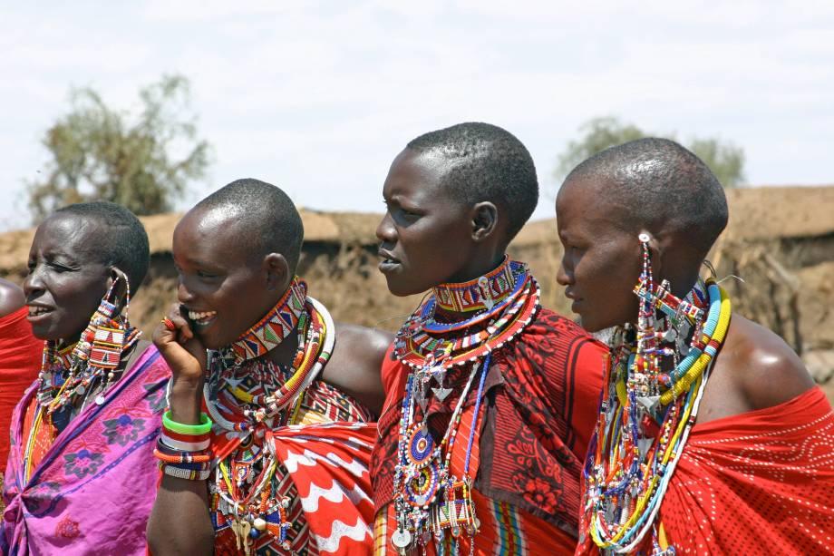 <strong>Quênia: kanga</strong> É difícil identificar uma vestimenta típica no Quênia, por causa das suas mais de 40 etnias diferentes. Contudo, a kanga é um tecido muito comum e que é amarrado pelo corpo tanto de mulheres, como de homens. Costuma ser estampado com dizeres em suaíli ou formas geométricas, mas sempre com cores fortes. As mulheres masai, além de vestirem essa roupa, ainda utilizam grandes e coloridos colares de conta