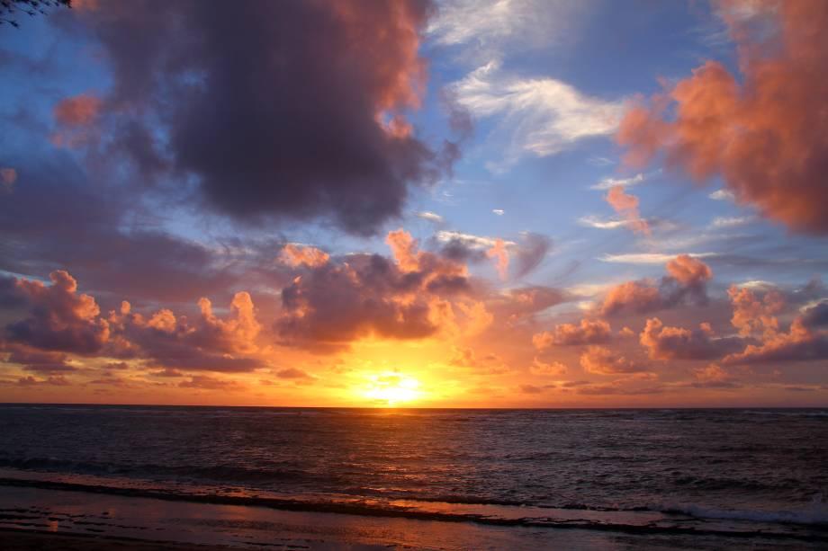 """<strong>11. <a href=""""https://www.youtube.com/watch?v=EkHTsc9PU2A"""" rel=""""Jason Mraz – I'm Yours"""" target=""""_blank"""">Jason Mraz – I'm Yours</a> - Ilhas de Oahu and Kauai, Havaí, <a href=""""http://viajeaqui.abril.com.br/paises/estados-unidos"""" rel=""""Estados Unidos"""" target=""""_self"""">Estados Unidos</a></strong>                        O resultado do clipe não poderia ter sido melhor: os belos cenários das ilhas <strong>Oahu</strong> e <strong>Kauai</strong> couberam perfeitamente na voz calma do cantor. Pra sonhar com o verão e relaxar lindamente"""