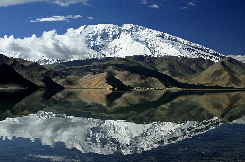 Lago Karakul e monte nevado, na China