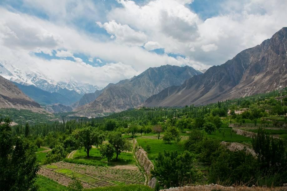 """<strong>Karimabad, Paquistão</strong> O vale do Hunza é um dos lugares mais cênicos nas montanhas ao norte de Islamabad. <a href=""""https://www.booking.com/searchresults.pt-br.html?aid=332455&lang=pt-br&sid=eedbe6de09e709d664615ac6f1b39a5d&sb=1&src=index&src_elem=sb&error_url=https%3A%2F%2Fwww.booking.com%2Findex.pt-br.html%3Faid%3D332455%3Bsid%3Deedbe6de09e709d664615ac6f1b39a5d%3Bsb_price_type%3Dtotal%26%3B&ss=Paquist%C3%A3o&ssne=Ilhabela&ssne_untouched=Ilhabela&checkin_monthday=&checkin_month=&checkin_year=&checkout_monthday=&checkout_month=&checkout_year=&no_rooms=1&group_adults=2&group_children=0&from_sf=1&ss_raw=Paquist%C3%A3o&ac_position=0&ac_langcode=xb&dest_id=161&dest_type=country&search_pageview_id=d53b747d6e1b0250&search_selected=true&search_pageview_id=d53b747d6e1b0250&ac_suggestion_list_length=1&ac_suggestion_theme_list_length=0"""" target=""""_blank"""" rel=""""noopener""""><em>Busque hospedagens no</em><em>Paquistão no Booking.com</em></a>"""