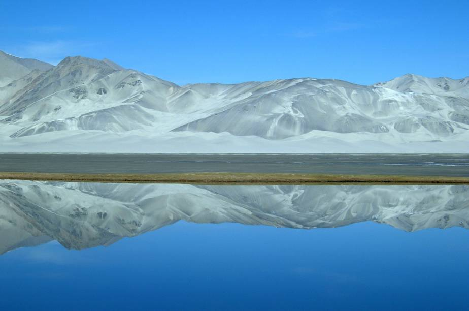 "<strong>Karakoram Highway, Xiangjiang, China</strong> Uma das mais belas rodovias do planeta, a Karakoram Highway passa pelos territórios de Paquistão e China.<a href=""https://www.booking.com/searchresults.pt-br.html?aid=332455&lang=pt-br&sid=eedbe6de09e709d664615ac6f1b39a5d&sb=1&src=index&src_elem=sb&error_url=https%3A%2F%2Fwww.booking.com%2Findex.pt-br.html%3Faid%3D332455%3Bsid%3Deedbe6de09e709d664615ac6f1b39a5d%3Bsb_price_type%3Dtotal%26%3B&ss=China&ssne=Ilhabela&ssne_untouched=Ilhabela&checkin_monthday=&checkin_month=&checkin_year=&checkout_monthday=&checkout_month=&checkout_year=&no_rooms=1&group_adults=2&group_children=0&from_sf=1&ss_raw=China+&ac_position=0&ac_langcode=xb&dest_id=44&dest_type=country&search_pageview_id=a5a173e6a6c40073&search_selected=true&search_pageview_id=a5a173e6a6c40073&ac_suggestion_list_length=5&ac_suggestion_theme_list_length=0"" target=""_blank"" rel=""noopener""><em>Busque hospedagens na China no Booking.com</em></a>"
