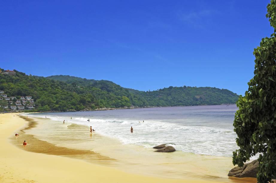 """<strong>Kata Noi Beach, <a href=""""http://viajeaqui.abril.com.br/paises/tailandia"""" rel=""""Tailândia"""" target=""""_self"""">Tailândia</a></strong>A praia é bem estruturada para o comércio, com bares e restaurantes. O mar é ótimo para mergulhos e a areia é fina e branquíssima. A tranquilidade que paira sobre o local atrai casais<em><a href=""""http://www.booking.com/city/th/ban-kata.pt-br.html?aid=332455&label=viagemabril-praias-da-malasia-tailandia-indonesia-e-filipinas"""" rel=""""Veja preços de hotéis na Praia de Kata no Booking.com"""" target=""""_blank"""">Veja preços de hotéis na Praia de Kata no Booking.com</a></em>"""