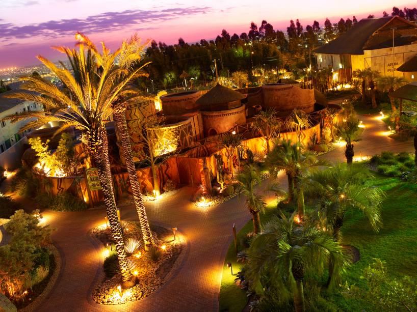 """<a href=""""http://viajeaqui.abril.com.br/cidades/br-sp-campinas"""" rel=""""CAMPINAS (SP)"""" target=""""_blank""""><strong>CAMPINAS (SP)</strong></a><br />        <br />        <a href=""""http://viajeaqui.abril.com.br/estabelecimentos/br-sp-campinas-hospedagem-royal-palm-resort"""" rel=""""Royal Palm Plaza"""" target=""""_blank""""><strong>Royal Palm Plaza</strong></a><br />        Distante a aproximadamente 100 quilômetros da capital paulista, o resort conta com uma enorme área de lazer, sete restaurantes e bares, cafeteria, adega, lojas, cinema e spa. Ufa! É atração que não acaba mais. E durante a Páscoa, as crianças vão soltar a voz no videokê, se divertir nas oficinas de bombons e de artes, fazer penteados no camarim, assistir ao espetáculo do grupo Marionetes do Guarujá e se deliciar com os ovos de chocolate que serão entregues pela coelhinha Fofa Flor. A diária por pessoa no apartamento Luxo Duplo, com pensão completa, custa desde R$ 867 (mín. 3 noites). Duas crianças de até 11 anos não pagam."""