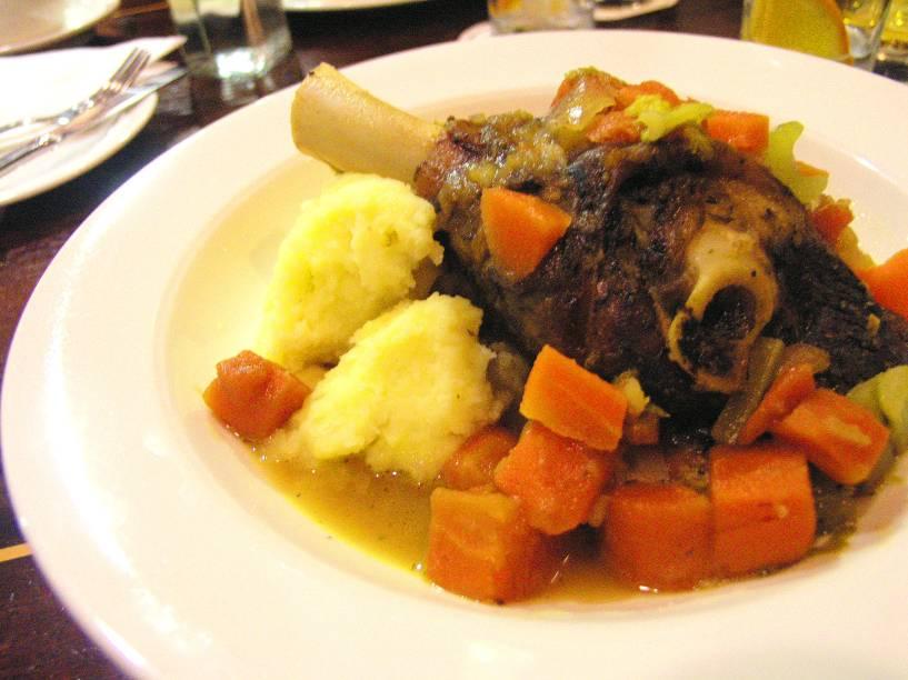 Na Irlanda, há muitos pratos que agradam o paladar e são verdadeiros ícones do país. O Irish Stew, por exemplo, é nada menos que um ensopado preparado com carne de carneiro e legumes
