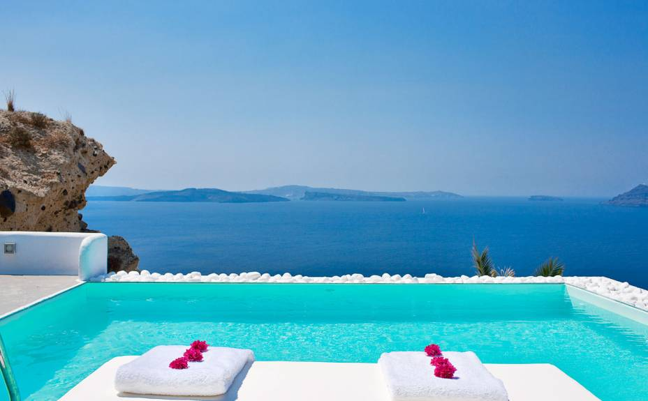 """Localizado em um ponto estratégico da romântica ilha, o hotel oferece quartos luxuosos e confortáveis. Não à toa: ele é considerado um dos melhores hotéis da região, com um delicioso café da manhã oferecido na varanda dos quartos <em><a href=""""http://www.booking.com/hotel/gr/katikies.pt-br.html?aid=332455&label=viagemabril-as-piscinas-mais-incriveis-do-mundo"""" target=""""_blank"""">Veja os preços do Katikies Hotel no Booking.com</a></em>"""