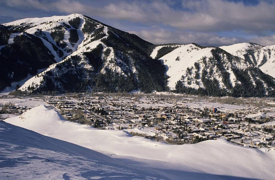 <strong>Ketchum, Idaho, Estados Unidos</strong><br />        O teleférico do Ketchum's Sun Valley foi o primeiro do mundo quando aberto em 1936 nas Montanhas Rochosas. Sun Valley é ideal para quem quer aprender com escola de esqui. Já quem leva o esporte mais a sério deve rumar à Bald Mountain, com 1.036 metros verticais de descidas. Snowboarders gostam de não haver terrenos planos, e os rápidos teleféricos não deixam ninguém esperando na fila. Longe de grandes centros populacionais, Ketchum nunca fica abarrotada