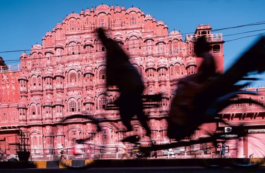 <strong>3. Jaipur, Índia</strong> Dá pra deduzir o que era uma vida de marajá em sua literalidade vendo o esplendoroso Palácio dos Ventos, em jaipur. Capital do Rajastão, na Índia, e uma das cidades do Triângulo Dourado (em tabelinha com Délhi e Agra), o lugar tem um Centro com construções pintadas em tons de rosa. E o suntuoso Palácio dos Ventos, com suas microjanelas, feitas para que as mulheres espiassem a ruasem serem observadas, é o prédio mais vistoso deste conjunto arquitetônico