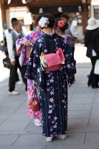 """<strong>Japão: quimono</strong> Utilizado tanto por homens, quanto por mulheres e crianças, é uma espécie de """"roupão"""" colorido, amarrado por um cinto, o obi. Para acompanhar, também é necessário usar as típicas sandálias de madeira, chamadas de geta. A roupa geralmente é utilizada em eventos muito formais e em festivais, casamentos e cerimônias de chá. Em japonês, a palavra """"kimono"""" significa literalmente """"coisa para vestir"""""""