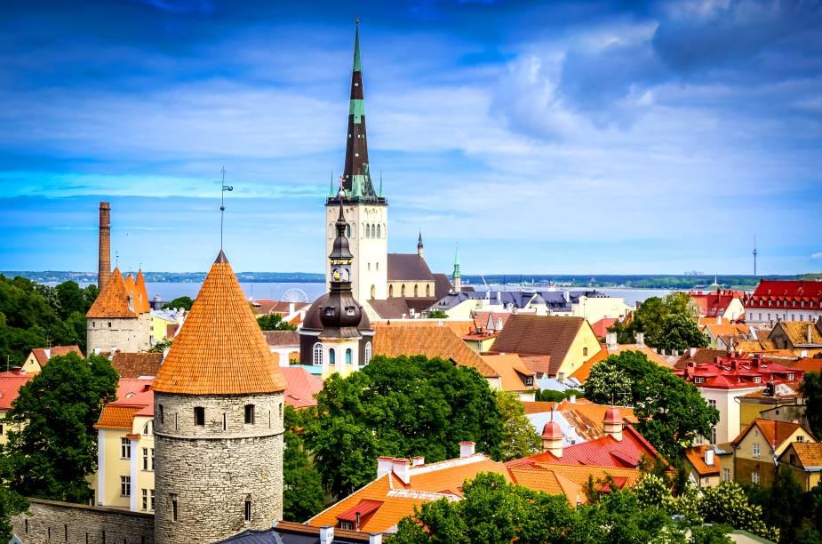 """Pequeno e gracioso, esse país báltico luta até hoje para se libertar das influências russas. Suas atrações são muito charmosas, sobretudo na capital Talinn – que leva a vantagem de estar pertinho da finlandesa <a href=""""http://viajeaqui.abril.com.br/cidades/finlandia-helsinque"""" target=""""_self"""">Helsinque</a>. O seu maior patrimônio é o Centro Histórico, tombado pela UNESCO e repleto de torres, muralhas e construções medievais que valorizam sua beleza.<a href=""""http://www.booking.com/city/ee/tallinn.pt-br.html?sid=efe6c9de408bb8d78e20e017e616e9f8;dcid=4?aid=332455&label=viagemabril-lesteeuropeu"""" target=""""_blank"""">Veja hotéis em Talinn no Booking.com</a>"""