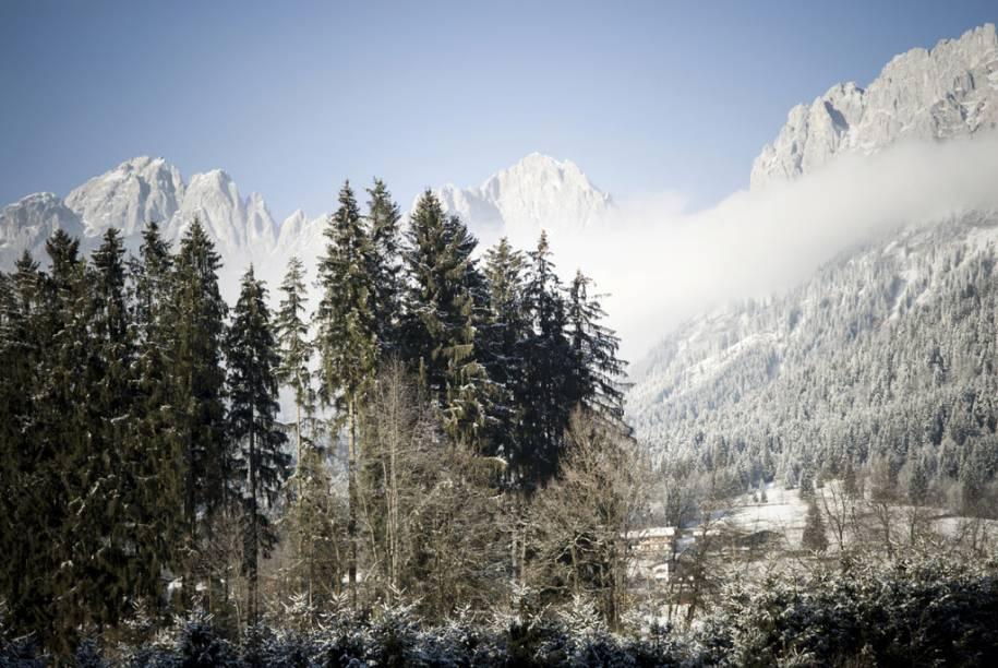 <strong>Kitzbühel, Áustria</strong><br />        Kitzbühel é uma clássica cidade medieval transformada em point de esqui famoso internacionalmente. É tão deslumbrante que nem parece um destino de verdade. Mas, não só é real, como abriga a mais cênica e extensa área de esqui dos Alpes. A cidade romântica é cheia de vielinhas e, à noite, fica ainda mais espirituosa quando os barzinhos chiques e baladas aumentam o volume da música. É possível visitar a montanha principal diretamente da cidade por uma rede de teleféricos, com acesso às redondezas, o que torna facílimo descer nas vilas vizinhas sem nem tirar o esqui do pé