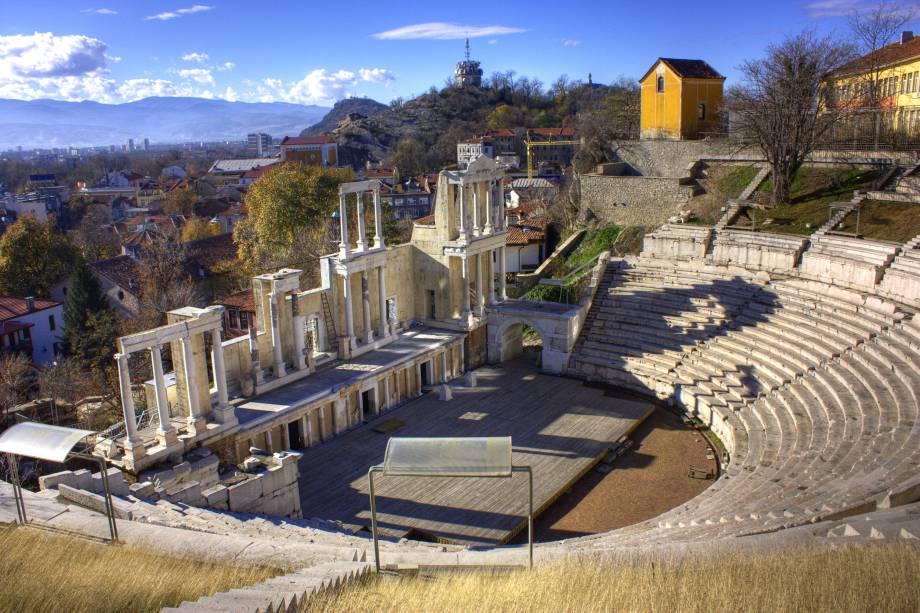 """Cores vivas, arte e religião se misturam nessa cidade búlgara, repleta de história e cultura. Em Plovdiv, há muitos cenários fotogênicos graças às suas incríveis montanhas. Em meio a tudo isso, o Teatro Romano se destaca com sua construção datada do século II e suas entradas baratíssimas, que conduzem a apresentações de danças típicas e concertos.<a href=""""http://www.booking.com/city/bg/plovdiv.pt-br.html?sid=efe6c9de408bb8d78e20e017e616e9f8;dcid=4?aid=332455&label=viagemabril-lesteeuropeu"""" target=""""_blank"""">Veja hotéis em Plovdiv no Booking.com</a>"""