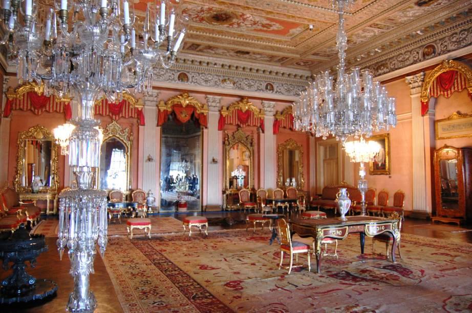 Ricamente decorado, o Palácio Dolmahce representa o fausto e decadência dos sultões otomanos