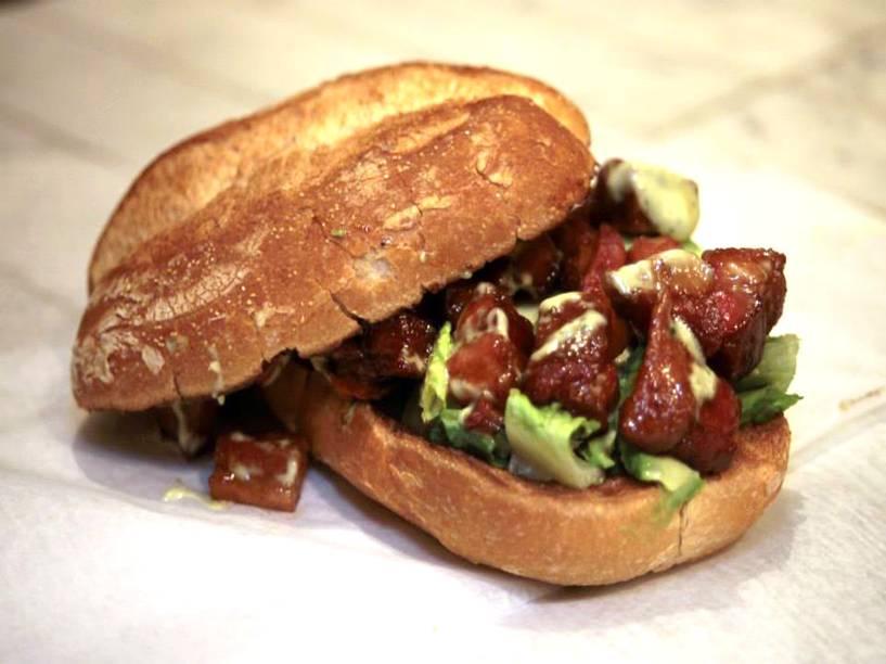 """<strong><a href=""""http://www.knife-nyc.com/"""" rel=""""Knife"""" target=""""_blank"""">Knife</a></strong>            Há saladas e sanduíches de diversos sabores. Entre as boas opções, vá de Kawaii Buta, com carne de porco, molho teriyaki e wasabi. De sobremesa, uma boa escolha são os cookies. <em>330 S 3rd St, Brooklyn, 11211</em>"""