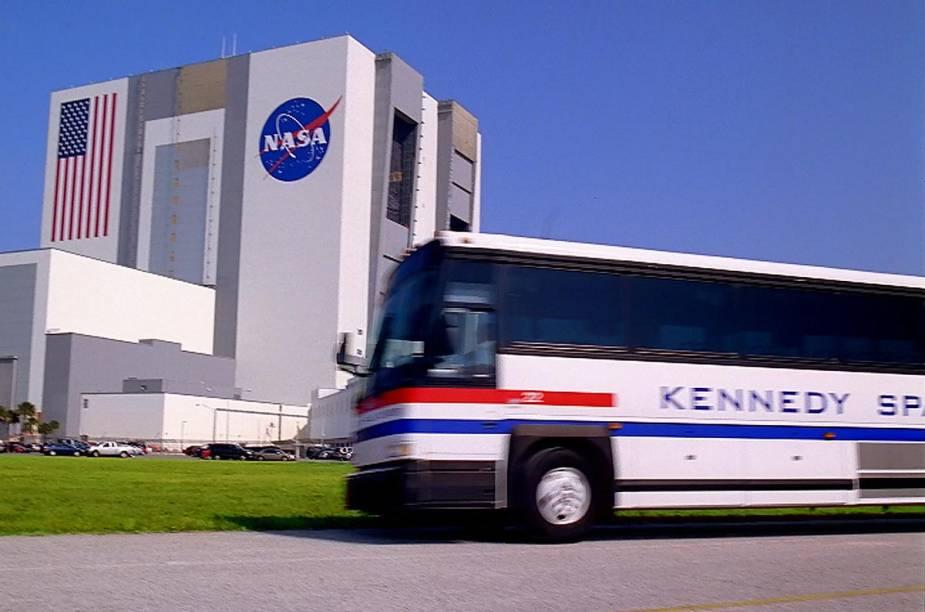 Ônibus do tour do Kennedy Space Center estão inclusos no preço da entrada do parque e passam pelo prédio que monta os veículos espaciais da Nasa