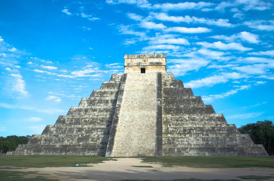 <strong>3. Kukulcán – Chichén Itzá – México</strong>Localizada na península de Yucatán, a pirâmide de Kukulcán tem 30 metros de altura e é o edifício mais importante do sítio arqueológico maia de Chichén Itzá. Ela é umas das mais visitadas do México devido à sua grandiosidade, beleza e proximidade às belas praias da Riviera Maia, principal destino turístico do país. Construída entre os séculos 9 e 12, ela serviu como templo ao deus Kukulkan, uma serpente emplumada muitas vezes relacionada ao deus Quetzalcoatl dos astecas, que também é representado por uma cobra alada. Durante os equinócios de primavera e outono, o sol do fim de tarde gera uma série de sombras triangulares que criam a ilusão de uma serpente descendo a pirâmide. Ainda que tenha escadas nos quatro lados da estrutura, a ascensão ao topo ficou proibida devido ao grande número de turistas