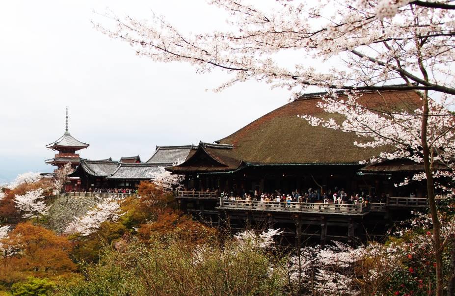 """<strong>Kiyomizu-dera </strong>Construído em 780 e hoje considerado Patrimônio da Humanidade pela UNESCO, é talvez o templo mais popular de Kyoto. É localizado no topo de uma colina no lado leste da cidade, próximo a uma cachoeira que foi razão para seu nome - literalmente """"templo da água pura"""". Reza a lenda que a água do lugar, dividida em três fontes separadas, tem poderes mágicos: cada uma ofereceria a quem a beber um de três benefícios, longevidade, sucesso ou amor, mas os visitantes têm que escolher apenas uma. O templo também é conhecido pela plataforma de madeira elevada a 13 metros de altura, que oferece uma linda vista da cidade e da montanha, que fica especialmente colorida durante a primavera e o outono."""