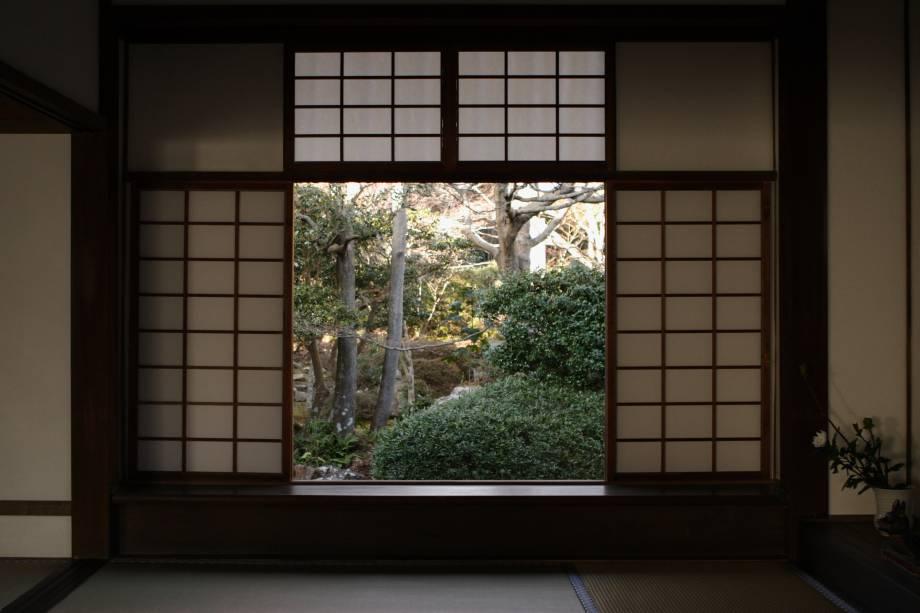 """<strong>Templo Genkoan, <a href=""""http://viajeaqui.abril.com.br/cidades/japao-kyoto"""" rel=""""Kyoto"""" target=""""_blank"""">Kyoto</a>, <a href=""""http://viajeaqui.abril.com.br/paises/japao"""" rel=""""Japão"""" target=""""_blank"""">Japão</a></strong>                Os japoneses têm o histórico de mostrar sua profunda sabedoria em tudo. E, nesse templo, um par de janelas com a vista para um jardim demonstram duas formas diferentes de ver o mundo. Essa, a quadrada, é a """"janela da hesitação"""" porque seus cantos são obtusos e pontiagudos, representando uma visão mais dura                <!--[if !supportLineBreakNewLine]--><!--[endif]-->"""