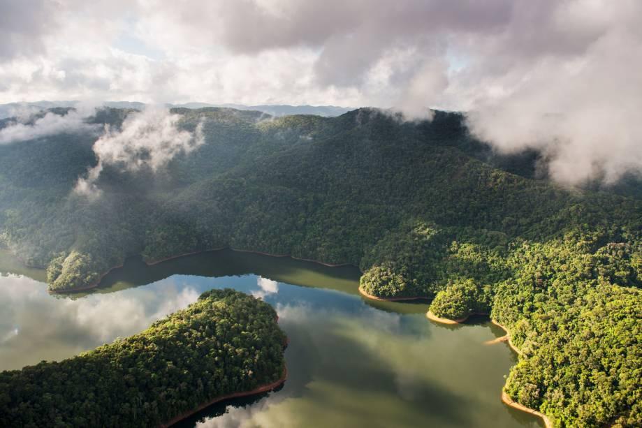 """A Reserva Legado das Águas não é apenas uma enorme área protegida. É também parte de um mosaico de grandes unidades de conservação que, juntas, formam o maior remanescente contínuo de Mata Atlântica, entre as serras do Mar e de Paranapiacaba, ao longo do Vale do Ribeira. São 31 mil hectares de florestas em ótimo estado de conservação. Só percebi a grandiosidade quando sobrevoei a reserva em um helicóptero. Ali estava a visão do """"tapete verde"""" a perder de vista, comum na Floresta Amazônica. A região da foto é a divisa entre o Legado das Águas e o Parque Estadual do Jurupará. A reserva foi criada em uma área comprada pelo empresário Antônio Ermírio de Moraes, na década de 1950, para proteger a água para as suas hidrelétricas. Agora começa a se abrir para o ecoturismo"""