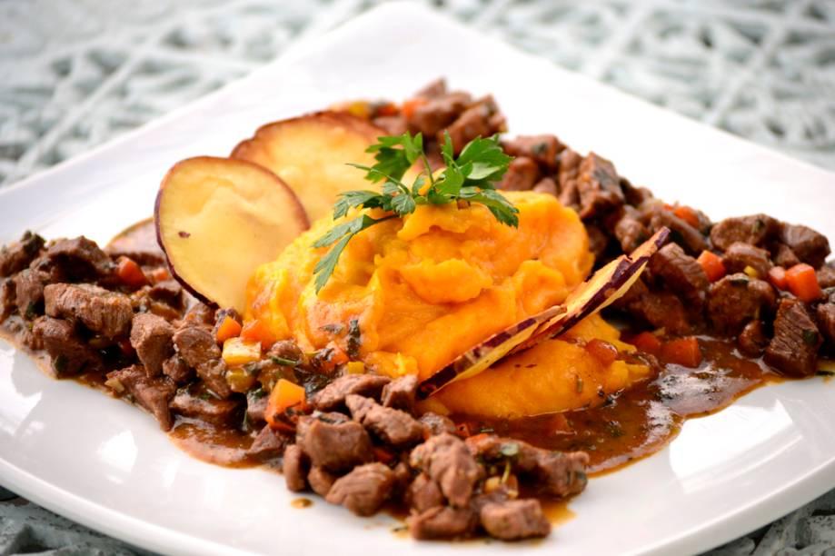 """<strong><a href=""""http://viajeaqui.abril.com.br/estabelecimentos/br-pe-recife-restaurante-la-cuisine"""" rel=""""La Cuisine"""">La Cuisine</a> (<a href=""""http://viajeaqui.abril.com.br/cidades/br-pe-recife"""" rel=""""Recife"""">Recife</a>)</strong><br /><br />O prato principal do jantar é o <strong>picadinho de filé mignon</strong> ao molho de ervas e legumes, acompanhado de purê de abóbora com gorgonzola e chips de batata doce<em> (foto)</em>."""