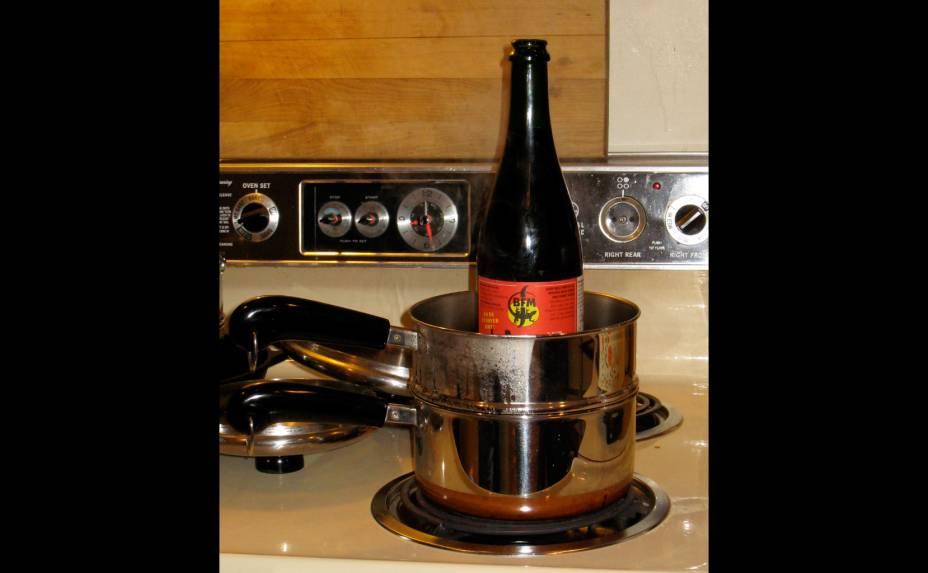 A suíça <strong>La Dragonne</strong> é uma cerveja feita para se consumir quente (entre 43ºC a 48ºC). Com sabor apimentado, pode ser aquecida no fogão ou no microondas