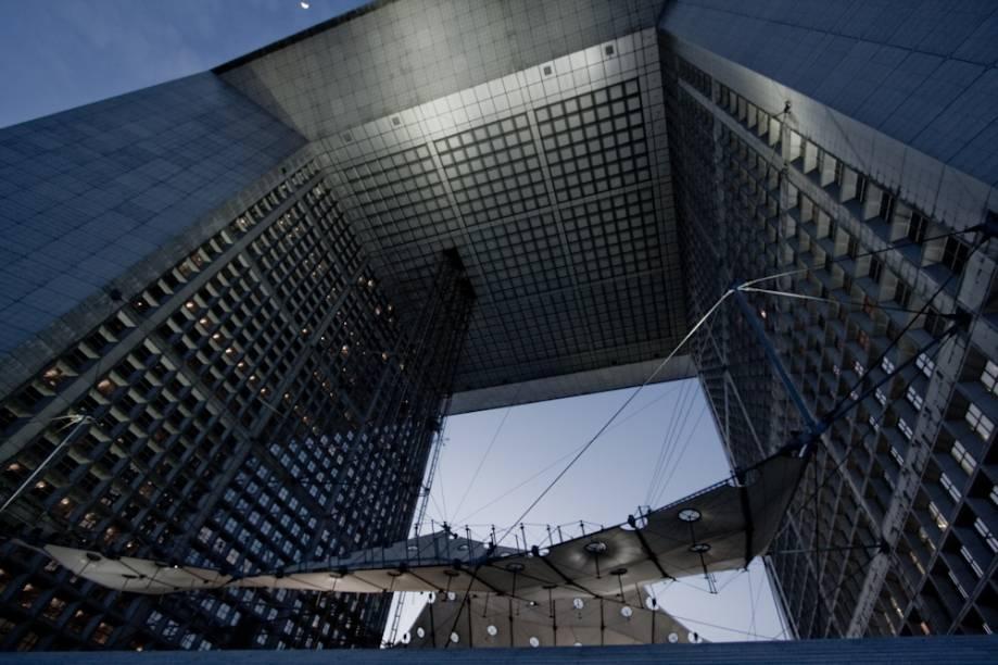 """Na década de 1980, o presidente francês François Mitterand deu início ao último grande surto construtivo de obras públicas da Europa, os Grands Travaux, embelezando (e endividando) <a href=""""http://viajeaqui.abril.com.br/cidades/franca-paris"""" rel=""""Paris """">Paris </a>com a pirâmide do Louvre, o complexo de La Défense (foto), o <a href=""""http://viajeaqui.abril.com.br/estabelecimentos/franca-paris-atracao-museu-d-orsay"""" rel=""""Musée dOrsay"""">Musée dOrsay</a>, o Parc la Vilette e a Biblioteca Nacional. Hoje, essa onda é liderada por muitas cidades do Oriente que vivem uma fase de afirmação, uma combinação de muito dinheiro e necessidade de serem reconhecidas. Curiosamente, boa parte dos arquitetos trabalhando hoje em <a href=""""http://viajeaqui.abril.com.br/cidades/emirados-arabes-unidos-abu-dhabi"""" rel=""""Abu Dhabi"""">Abu Dhabi</a>, <a href=""""http://viajeaqui.abril.com.br/paises/qatar"""" rel=""""Qatar """">Qatar </a>e <a href=""""http://viajeaqui.abril.com.br/cidades/emirados-arabes-unidos-dubai"""" rel=""""Dubai """">Dubai </a>são os mesmos, como I.M. Pei, Jean Nouvel e Renzo Piano. Conheça agora <strong>os mais belos edifícios do mundo</strong> construídos nas últimas décadas"""