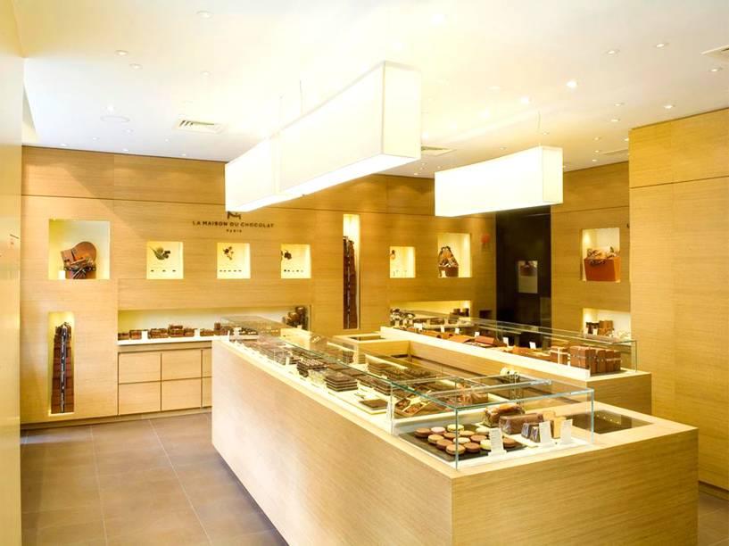 """<strong><a href=""""http://www.lamaisonduchocolat.com/fr/index.php#/home"""" rel=""""La Maison Du Chocolat"""" target=""""_blank"""">La Maison Du Chocolat</a></strong>A chocolateria parisiense tem em Nova York um de seus endereços mais charmosos. Há barras e bombons saborosos de todos os tipos, mas o destaque principal vai para a mousse cremosa servida na casa. <em>51 West 49th Street, 10020</em>"""