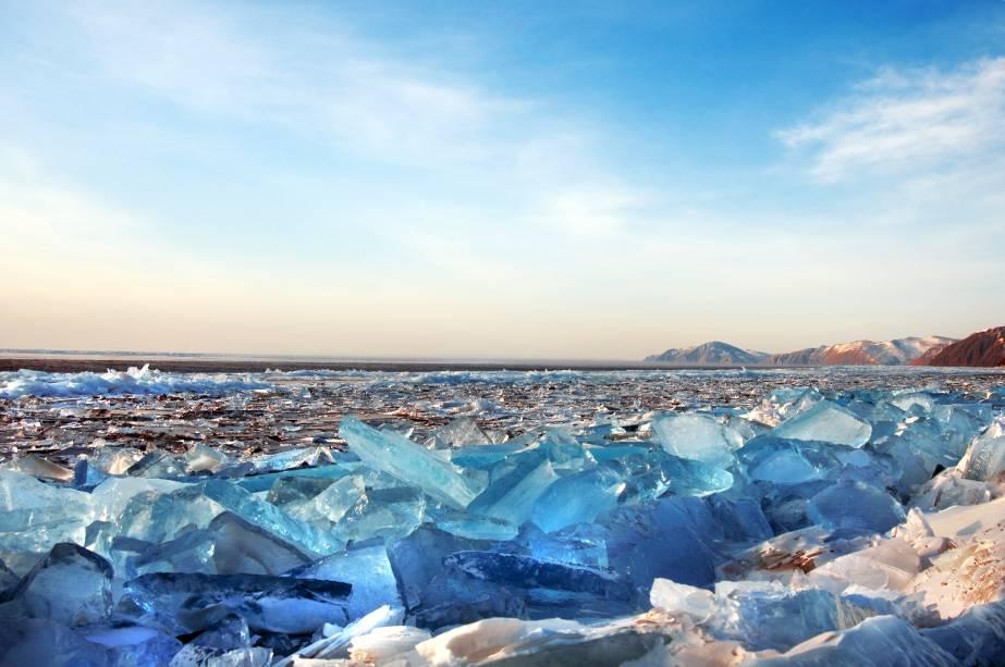 """<strong>Lago Baikal, Sibéria</strong>                As águas do Baikal são abundantes. O lago carrega em sua bagagem os títulos de o maior de água doce e o maior em questão de volume do mundo. Mas suas águas também são cheias de lendas e mitos. Isso porque o ele, além de ser o mais profundo do mundo, com 1600 metros de profundidade, ainda leva a alcunha de mais antigo do planeta – são cerca de 25 milhões de anos. Tudo isso não poderia ficar despercebido e, em 2008, o concurso que elegeu as Sete Maravilhas da <a href=""""http://viajeaqui.abril.com.br/paises/russia"""" rel=""""Rússia"""" target=""""_blank"""">Rússia</a>, consagrou o lugar como a atração mais bonita de todo o país"""