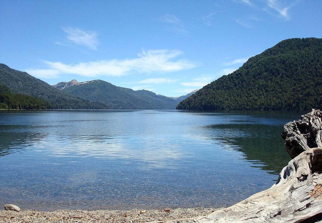 Lago Hermoso - Ruta de los Siete Lagos - Argentina - Wikimedia Commons - scolussi