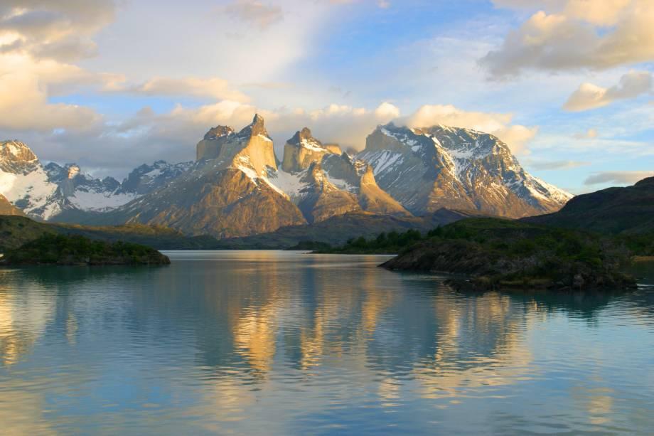 """Dentro do complexo do <a href=""""http://viajeaqui.abril.com.br/cidades/chile-torres-del-paine"""" rel=""""Parque Torres del Paine"""" target=""""_blank"""">Parque Torres del Paine</a>, no <a href=""""http://viajeaqui.abril.com.br/paises/chile"""" rel=""""Chile"""" target=""""_blank"""">Chile</a>, é possível se deparar com a paisagem cênica do <strong>Lago Pehoe</strong>. Com uma superfície de aproximadamente 22 km², ele também dá o nome a uma pousada simples e charmosa em suas margens"""