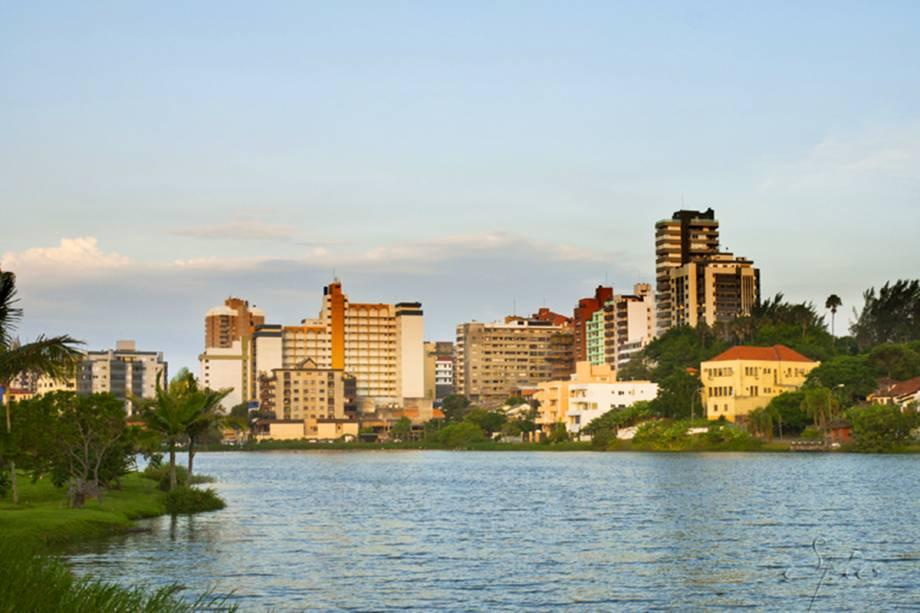 Em Torres, a Lagoa do Violão oferece uma paisagem bonita e relaxante. Por aqui, não é raro encontrar visitantes sentados, engatando uma boa conversa ou lendo um livro