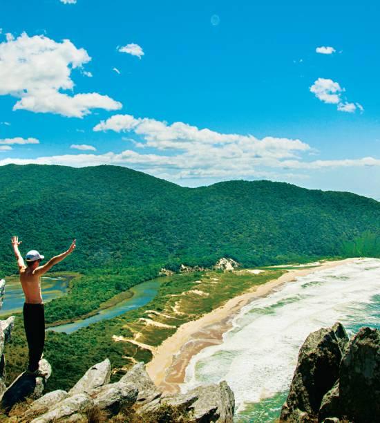 """<strong>7. Praia Lagoinha do Leste, Florianópolis</strong> Descobrir a Lagoinha não é tarefa tão simples. Nem todo mundo encara as fortes caminhadas (ou um traslado de barco) para chegar à mais bela praia da cidade. A faixa de areia, fofa, branquinha e quase sempre sossegada, separa o mar de ondas fortes do riacho que forma uma lagoa boa para banho (daí o nome). <a href=""""https://www.booking.com/searchresults.pt-br.html?aid=332455&lang=pt-br&sid=eedbe6de09e709d664615ac6f1b39a5d&sb=1&src=index&src_elem=sb&error_url=https%3A%2F%2Fwww.booking.com%2Findex.pt-br.html%3Faid%3D332455%3Bsid%3Deedbe6de09e709d664615ac6f1b39a5d%3Bsb_price_type%3Dtotal%26%3B&ss=Praia+Lagoinha+do+Leste%2C+Florian%C3%B3polis%2C+Santa+Catarina%2C+Brasil&checkin_monthday=&checkin_month=&checkin_year=&checkout_monthday=&checkout_month=&checkout_year=&no_rooms=1&group_adults=2&group_children=0&from_sf=1&ss_raw=Praia+Lagoinha+do+Leste&ac_position=0&ac_langcode=xb&dest_id=17785&dest_type=landmark&search_pageview_id=61bd6eb316c6003a&search_selected=true&search_pageview_id=61bd6eb316c6003a&ac_suggestion_list_length=5&ac_suggestion_theme_list_length=0&map=1#map_opened"""" target=""""_blank"""" rel=""""noopener""""><em>Busque hospedagens na Praia Lagoinha do Leste no Booking.com</em></a>"""