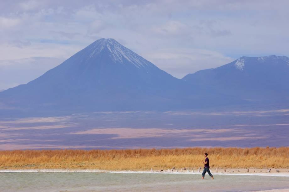 A salgada Laguna Cejar fica ao sul de San Pedro de Atacama. Sua água de alta salinidade faz com que quem mergulhe nela não afunde