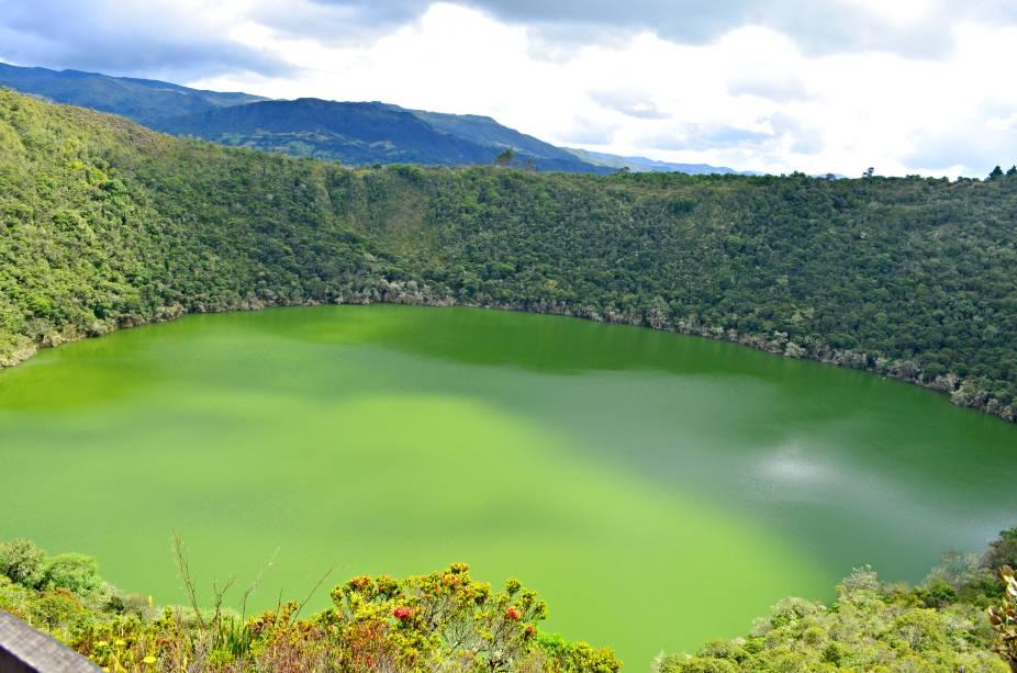 """<strong><a href=""""http://viajeaqui.abril.com.br/cidades/colombia-bogota"""" rel=""""Bogotá"""" target=""""_self"""">Bogotá</a></strong>    Localizada a aproximadamente 60 km da capital <a href=""""http://viajeaqui.abril.com.br/cidades/colombia-bogota"""" rel=""""Bogotá"""" target=""""_self"""">Bogotá</a>, a Laguna de Guatavita (foto) é um lindo cenário natural, ideal para os amantes da natureza. Recomendada para quem gosta de paisagens e longas caminhadas, a região, de raízes indígenas, possui três belos mirantes    <em><a href=""""http://www.booking.com/city/co/guatavita.pt-br.html?aid=332455&label=viagemabril-cenarios-da-colombia"""" rel=""""Veja preços de hotéis em Guatavita no Booking.com"""" target=""""_blank"""">Veja preços de hotéis em Guatavita no Booking.com</a></em>"""